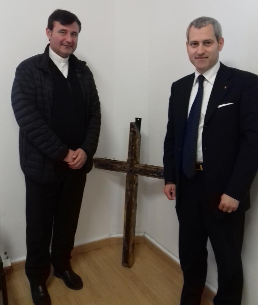 Don Alberto Fossati e il Presidente Fabrizio Verduchi con al centro un antico Crocifisso recuperato da una chiesa crollata a causa del sisma.